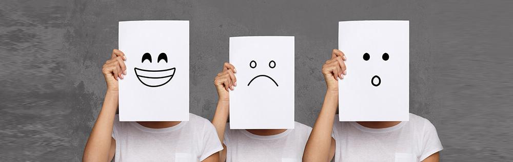 Personnes qui tiennent des panneaux avec leurs émotions affichées - Le Hun contrôle nos émotions
